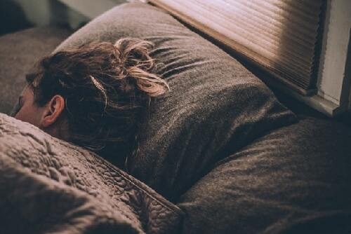 A person sleeping soundly after reading '6 health
